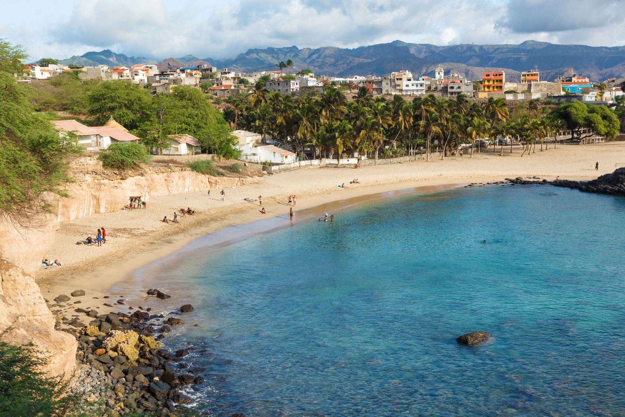 Palmen, Sand und kristallklares Wasser: Der Strand bei Tarrafal auf Santiago