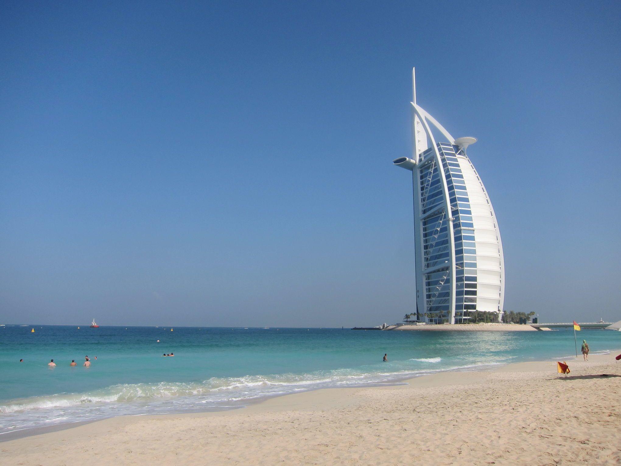 Wie ein Segel sticht das 321 Meter Burj al-Arab aus dem Persischen Golf am Jumeirah-Beach vor Dubai