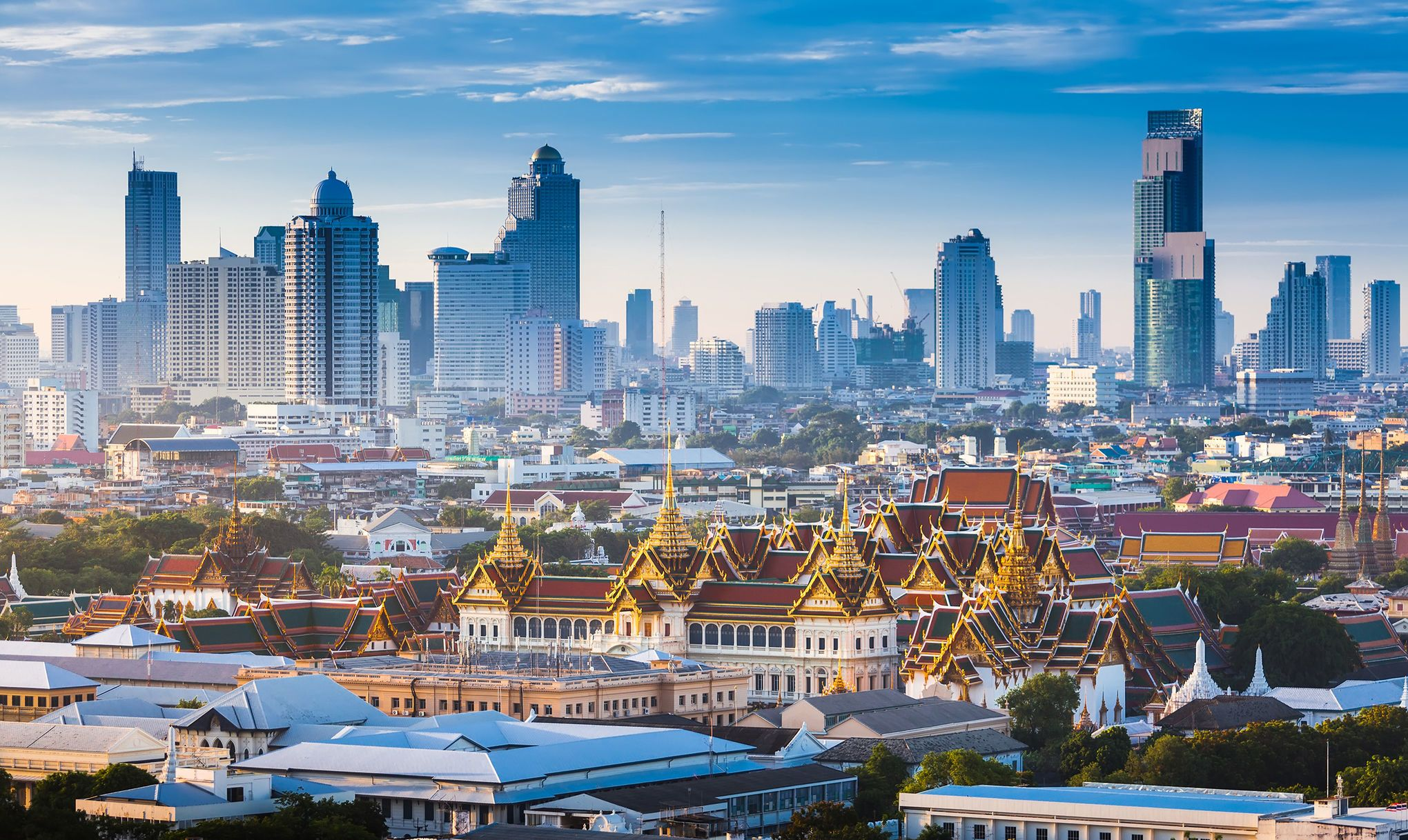 Moderne und Tradition in Bangkok: Der Große Palast mit mehr als 100 Bauten vor der Wolkenkratzer-Skyline