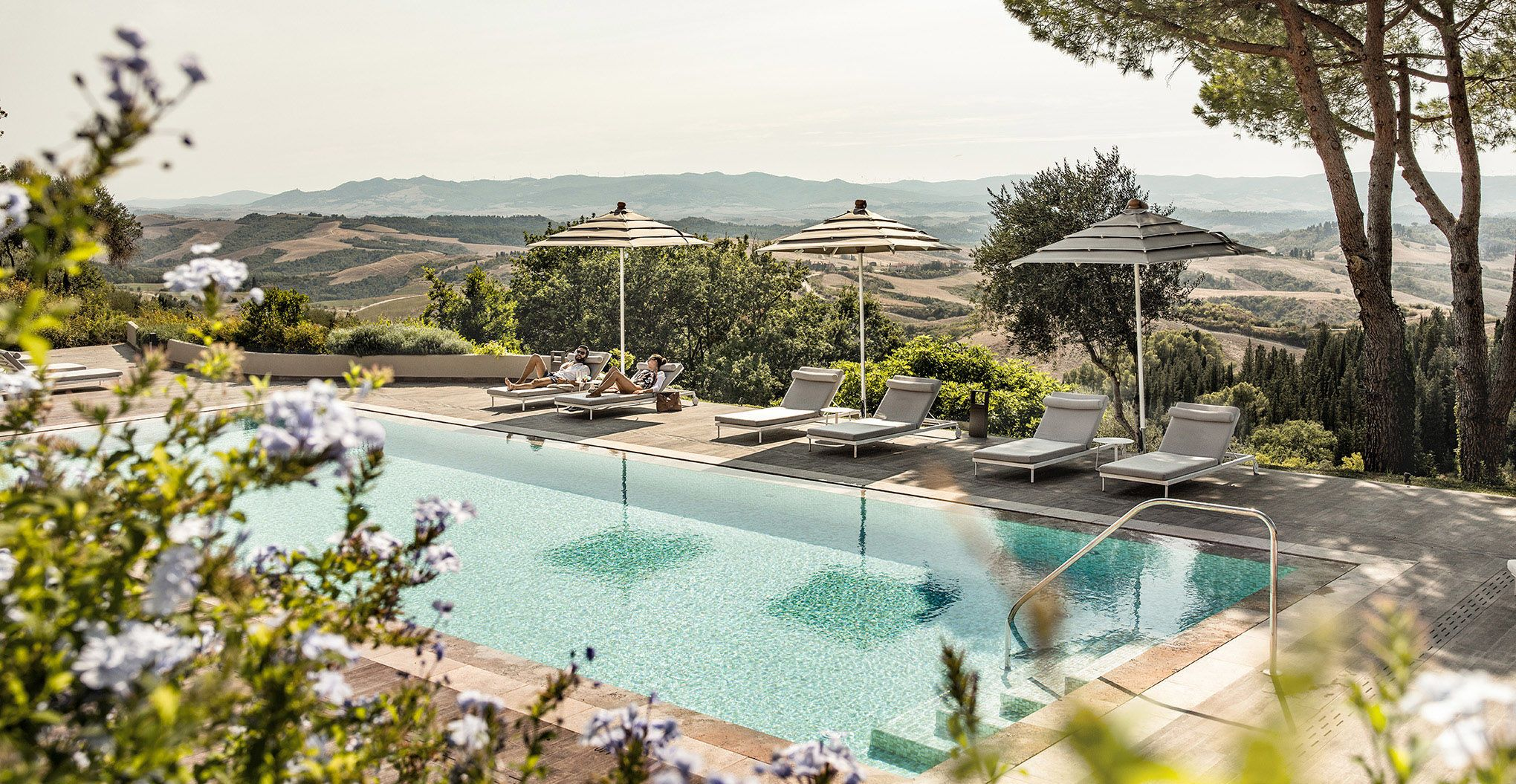 Schwimmen mit Blick auf die herrliche Landschaft der Toskana? Kein Problem im Outdoor-Pool des Il Castelfalfi